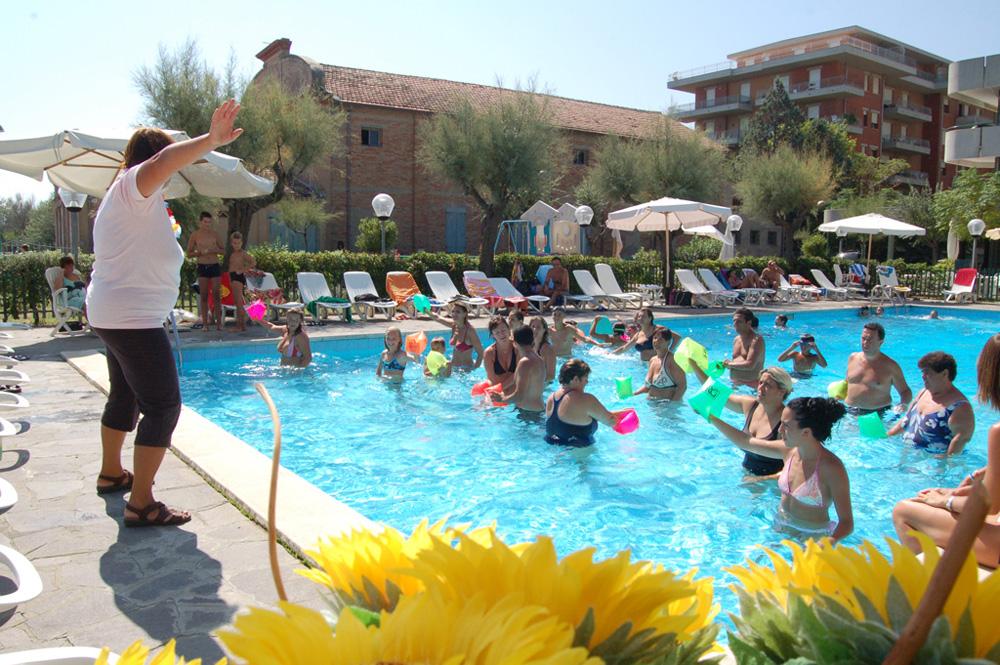 Piscina hotel residenza giardino 3 stelle bellaria for Giardino rimini